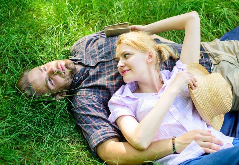 couple homme femme couché dans l'herbe